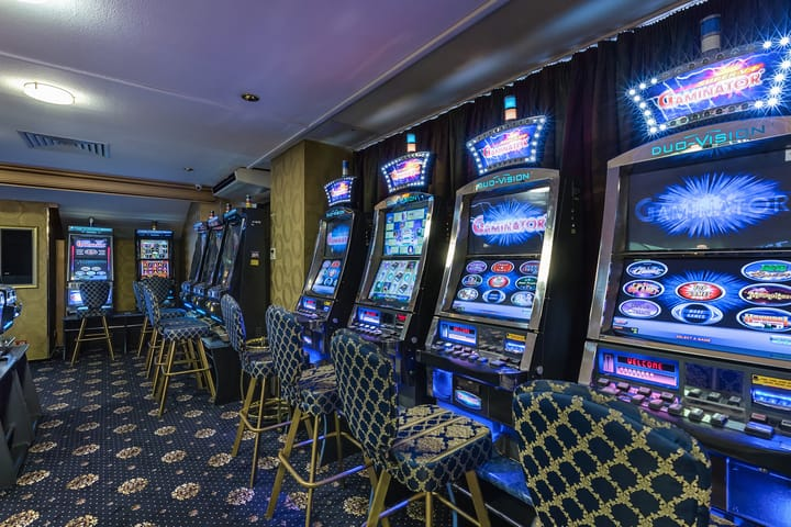 Differences between poker and slots
