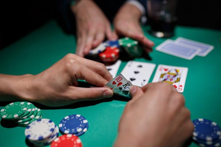 Bermain rentang poker GTO melawan pemain bagus