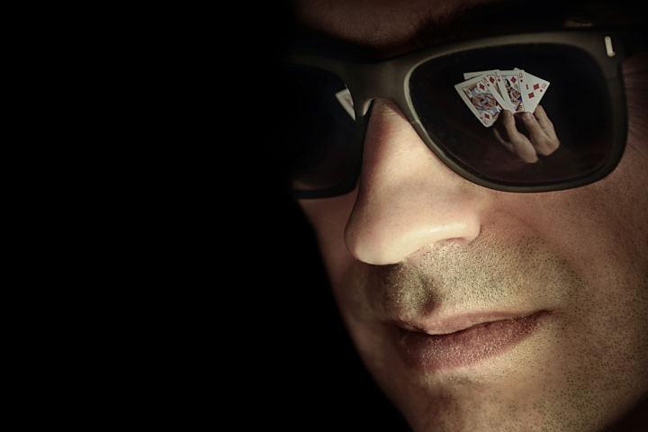 Kenakan kacamata hitam untuk menyamarkan kata poker Anda