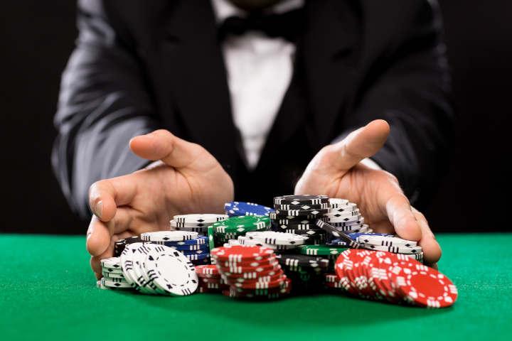 Traveling and poker bankroll